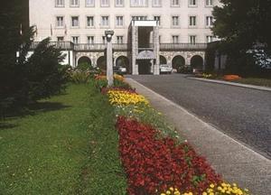 Nekdanja predsedniška rezidenca Vila Bled leži v veličastnem parku tik ob obrežju vedno...